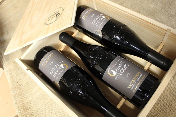 caisse en bois de bouteilles de vin Vacqueyras Bio rouge du Domaine Chant des Loups