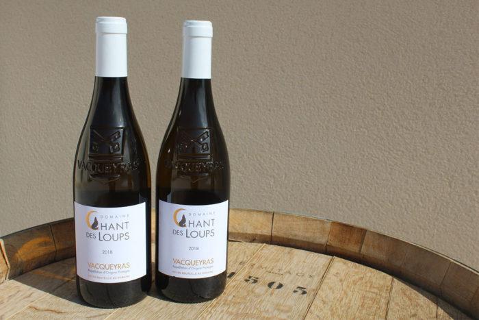 Deux bouteilles de vin AOP Vacqueyras blanc bio du Domaine Chant des Loups