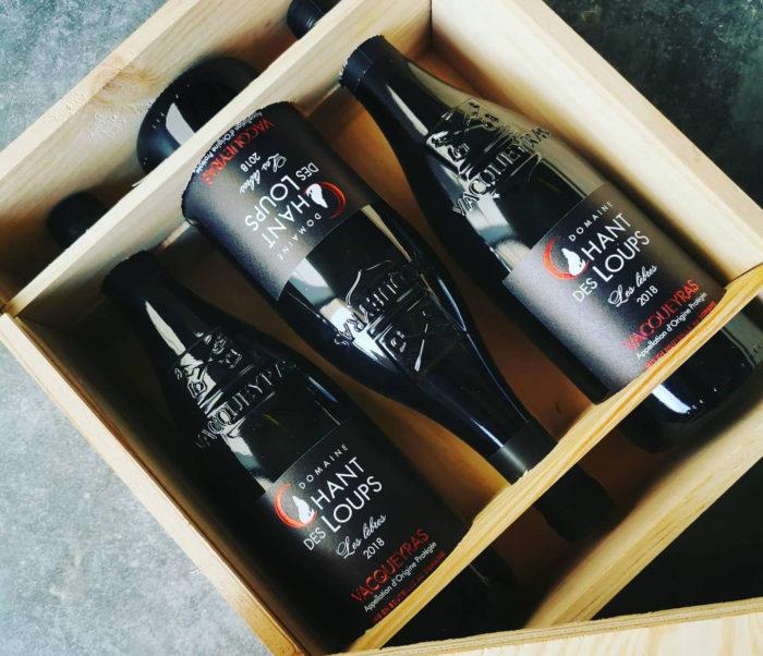 """Caisse en bois de vin Vacqueyras bio rouge """"Les Lèbres"""" du Domaine Chant des Loups"""