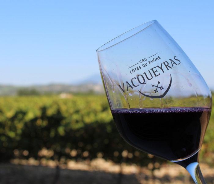"""Verre de vin Vacqueyras bio rouge """"Les Lèbres"""" du domaine Chant des Loups"""